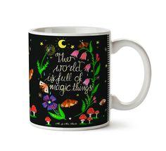 Tasse Magische Welt - Nachmotiv aus Keramik  Weiß - Das Original von Mr. & Mrs. Panda.  Eine wunderschöne spülmaschinenfeste Keramiktasse (bis zu 2000 Waschgänge!!!) aus dem Hause Mr. & Mrs. Panda, liebevoll verziert mit handentworfenen Sprüchen, Motiven und Zeichnungen. Unsere Tassen sind immer ein besonders liebevolles und einzigartiges Geschenk. Jede Tasse wird von Mrs. Panda entworfen und in liebevoller Arbeit in unserer Manufaktur in Norddeutschland gefertigt.     Über unser Motiv…
