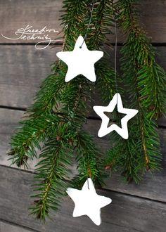 Výroba vánoční dekorace. Studený porcelán. Výroba vánočních ozdob. Recept na studený porcelán. Jak vyrobit studený porcelán. Studený porcelán návod. Výrobky ze studeného porcelánu. Vánoční ozdoby na stromeček. Vánoční ozdoby ze sody a škrobu. Hmota ze škrobu na vánoční ozdoby. Vánoční ozdoby ze škrobu. Výroba vánočních ozdob. Vánoční ozdoby bílé. Vánoční ozdoba. Bílé vánoční ozdoby. Ozdoby ze škrobu.│Těsto ze škrobu a sody│Modelovací hmota ze sody│Vánoční ozdoby ze sody│cold porcelan│ Christmas Crafts, Christmas Decorations, Christmas Ornaments, Holiday Decor, Diy Crafts, Homemade, Create, Home Decor, Art