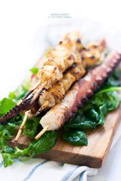 Grilled squid and octopus skewers. A yummy finger-food to eat with friends or family ;) Here the recipe: http://noodloves.it/spiedini-calamari-polpo-alla-griglia/