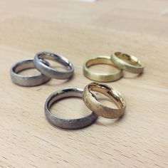 That's what a successful day at RUNDE RINGE looks like: 3 lovely couples made their own weddingbands today! Now on to setting stones and engraving...
