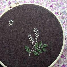ウール地に刺繍。モヘアの毛糸を使ったり…試行錯誤。何度もやり直してようやく完成!今からバッグに仕立てます。