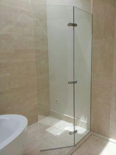 mampara de ducha de vidrio templado con fijo y hoja abatible