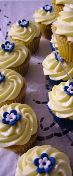 Blue and white mini flower cupcakes