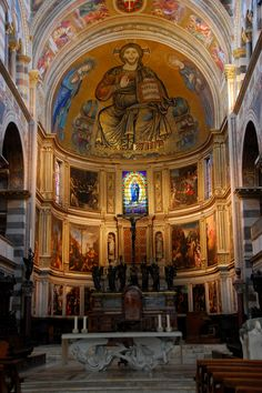 Duomo di Pisa | The apse mosaic features Christ in Majesty, flanked by the Virgin Mary and St. John the Evangelist.