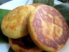 Mixed corn and wheat flour pastry full filled with cheese, with a crunchy crust and soft and slightly moist crumb. Colombian Arepas, Colombian Food, Colombian Recipes, Latin Food, Empanadas, Sweet And Salty, Breakfast Recipes, Delish, Cooking Recipes