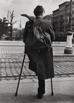 """© Ernst Haas, 1946–48, """"Heimkehrer"""" (Homecoming Soldier), Vienna» more of Magnum Photos «   » more pictures of World War II (and the consequences) «"""