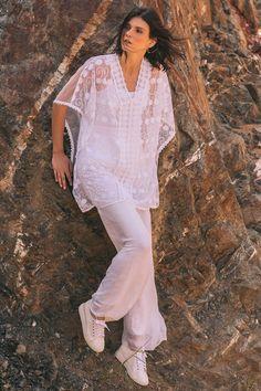 Sobrepuesto o blusón con transparencias y guipur, mangas amplias y escote en V profundo.