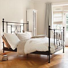 Das Bett aus einem Metallgestell versprüht sofort einen pariser Flair und lässt einen in die Hauptstadt Frankreichs träumen ♥ ab 798,00€