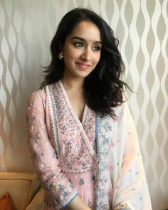 Shraddha kapoor latest photo 2018 new look Shraddha Kapoor Lehenga, Shraddha Kapoor Cute, Indian Dresses, Indian Outfits, Indian Clothes, Fresh Makeup Look, Sraddha Kapoor, Stylish Girl Pic, Indian Ethnic Wear