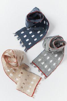 穴あきマフラー Scarf Vest, Japanese Textiles, Weaving Projects, Nuno Felting, Handmade Felt, Textile Patterns, Scarf Styles, Shawls, Knits