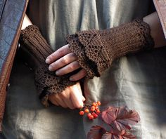 Chocolate Day  crocheted layered wrist warmers par hypericumfragile