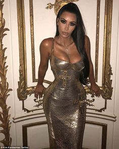 She dazzled in a gold figure hugging Versace gown at the annual Met Gala on Monday in New York City. And one day later, Kim Kardashian stepped out in a much more casual ensemble. Looks Kim Kardashian, Kardashian Family, Kardashian Style, Kardashian Jenner, Kourtney Kardashian, Look Fashion, Kendall, Ideias Fashion, Curvy