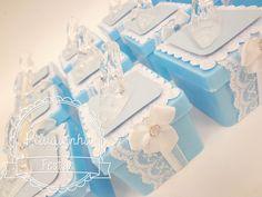 Caixa acrílica decorada no tema Cinderela <br>Sapatinho acrílico decorativo <br>Diversas Estampas e cores <br>Acompanha jujubas <br>Tamanho 5x5 <br> <br>Caixa medida 5x5 <br> <br> <br>***Pedido minimo de 20 unidades