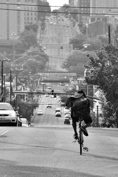fixed gear with messenger bag Urban Cycling, Urban Bike, Bike Messenger, Fixed Gear Bicycle, Commuter Bike, Bicycle Maintenance, Bike Style, Bike Life, Cool Bikes