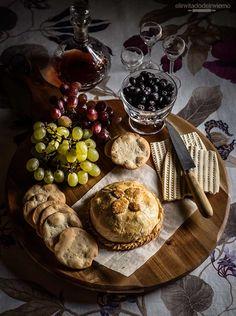 Receta fácil y paso a paso de queso brie envuelto en masa quebrada u hojaldre, con relleno de frutos rojos. Con fotos de elaboración.