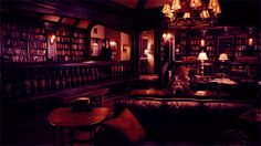 Salvatore boarding house and all its dark interior loveliness. Dark wood furniture, stained glass light fixtures and windows, Persian rugs, candles, original artwork… I don't know why the internet doesn't have more screenshots from this house already. Mansion Bedroom, Dream Bedroom, Salvatore Boarding House, Vampire House, Glass Light Fixtures, Dark Wood Furniture, Stained Glass Light, Home Libraries, Dark Interiors