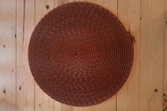 Rope Rug: How to turn an old rope into a cute little rug with almost no sewing! This project is similar to this instructable/ , but this project has a different approach. The project came from here originally. Diy General, Rope Rug, Rope Crafts, Diy Crafts, Floor Cloth, Nautical Rope, Diy Flooring, Home Decor Furniture, Rug Making
