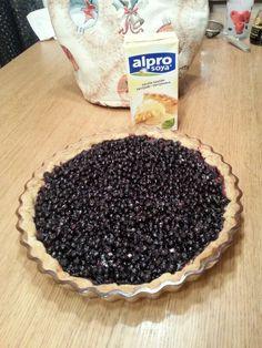 Mustikkapiirakka (munaton ja maidoton murotaikina) vaniljakastikkeella