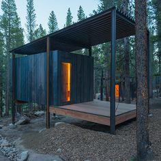 Au cœur des bois, les étudiants de l'Université de Denver ont conçu des cabanes pour les stagiaires de la Colorado Outward Bound School. Pensés pour l'intimité de chacun, elles sont regroupées de manière à forger l'esprit communautaire qui anime...