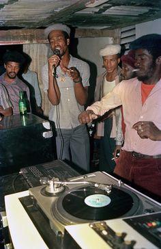 O dancehall jamaicano dos anos 80 nas fotos de Beth Lesser Arte Hip Hop, Hip Hop Art, Dancehall Reggae, Reggae Music, Bob Marley, Jamel Shabazz, History Of Hip Hop, Estilo Hip Hop, Vintage Black Glamour