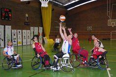 Ismael Plascencia comenta que el básquetbol adaptado se refiere al básquetbol en silla de ruedas, donde las reglas con muy similares y las medidas de la cancha son iguales a las del deporte tradicional.