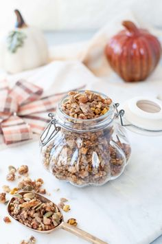 This keto friendly Caramel Pumpkin Spice Granola has all the delicious flavors of fall. It says deliciously crunchy and makes perfect gluten free granola clusters | Peace Love and Low Carb Low Carb Granola, Gluten Free Granola, Best Low Carb Recipes, Best Gluten Free Recipes, Low Carb Milk, Granola Clusters, Celiac Recipes, Sugar Free Maple Syrup, Pumpkin Spice Muffins