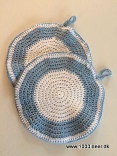 Der er brugt 2 nøgler bomuldsgarn af den tykke kvalitet og 1 nøgle nr. 8 men det kommer naturligvis an på hvordan man laver striberne. Man kan også lave 2 meget forskellige grydelapper på for og bagside, og bruge sine rester. Den tynde bomuldsgarn lægges dobbelt, og der anvendes hæklenål nr. 4. Diameteren er ca. 22 cm. Der er hæklet halv stgm. (hstgm)for at få en kraftig kvalitet, der modstår varme.