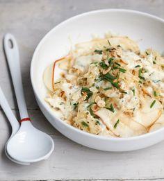 Ein wahrer Sattmacher-Salat! Das Sauerkraut wird mit Birne und einem Apfel-Schmand-Dressing angemacht, Haselnüsse machen's knusprig und das ganze bei nur 370 kcal.