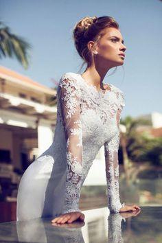 Une robe de mariée avec des manches brodées de dentelle