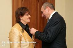"""El 26 de septiembre el presidente de la región de Nagorno Karabaj Bako Sahakian recibió a miembros de la Cámara de los Lores británica, a Caroline Cox y su delegación y le concedió la medalla """"Mesrop Mashtots""""."""