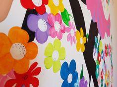 Disegno a parete per cameretta, ragazza in sella alla sua bicicletta di fiori. Colori acrilici.