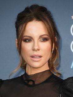 Achei lindos os tons do esfumado da Kate Beckinsale, marrom meio malva/rosado com centro iluminado + cabelo preso desabado