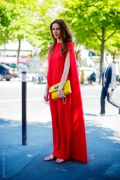 Damn want a day caftan in a bright statement color like this ! ...but i'm not sure for that bag, sorry !