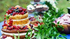 Der perfekte Naked Cake mit frischen Früchten: http://www.hochzeitskarten-paradies.de/magazin/naked-cake/ – Foto: © Maksim Shebeko / Fotolia)