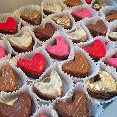 Mini sweet hearts 💕 Pide tu caja x12 x24 o x30 y compártelos en el mes del amor y la amistad 💕🥛 #Brownieslamars  Llámanos! 3012023523