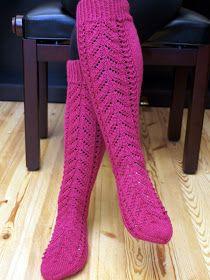 Tarinakeristä kehkeytyi kauniit sukat. Lanka antaa kauniin neulontajäljen ja siitä saa todella hienoja polvipituisia pitsisukkia.    Näitä...