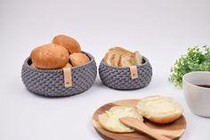 Virkelig lækre og elegante brød kurve hæklet i Ribbon båndgarn. Jeg er virkelig vild med dem, og de er elsket af familien og venner som værtinde gaver mm. De er lavet i 2 størrelser. Stor: Bund ca. 18 cm, Højde ca. 8.5 cm. Lille: Bund ca. 12 cm, Højde ca. 6.5 cm. Forbrug: Ca. Stor: 190g Lille: 105g Jeg bruger Hobbii Ribbon, som er 100% bomuld og fås i mange skønne farver. Se dem HER Som pynt har jeg monteret et stykke læderrem hen over kanten. Det giver dem bare lige prikken over iét. Jeg…