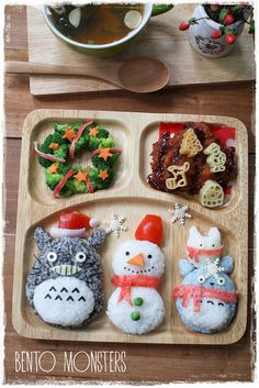 Christmas bento : snowman from rice, Totoro & Chibi from colored rice (ground black sesame & blue furikake), wreath from broccoli w/carrot & crabstick trim Bento Kawaii, Cute Bento, Bento Recipes, Baby Food Recipes, Bento Ideas, Cute Food, Yummy Food, Christmas Lunch, Christmas Snowman