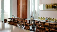 Blending the old with the new is not always an easy task, but Singaporean designer Lim Siew Hui seems to have mastered the art of it. After the all-American OverEasy Orchard diner (which we'vepresented recently), here comes another casual yet chic all-day dining concept in Singapore: part of the iconic and historical Asian Civilisations Museum complex, the new Privé ACM restaurant and cafe is a balancing act of history and tradition set against the stunning views of the modern everyday…