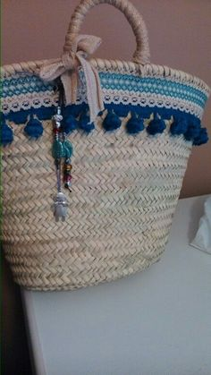 Capazos diy para ir a la playa Diy Your Bag, Ethnic Bag, Beach Basket, Basket Bag, Summer Bags, Handmade Bags, Diy Bags, Wicker Baskets, Straw Bag