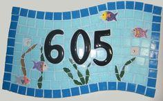 $90 placa em fibrocelulose com número de casa em mosaico. Placa resistente ao tempo feita com pastilha de vidro