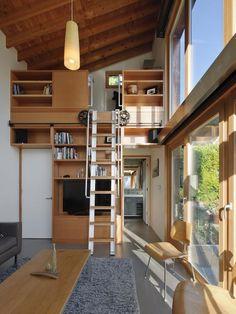 Loft com escada deslizante.