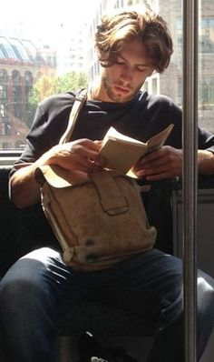 The newest internet trend is called 'Hot Dudes Reading' and it involves a bunch of hot guys reading books, magazines, and newspapers on the subway. Signes Zodiac, Male Character, Book Instagram, Instagram Accounts, Latest Instagram, Guys Read, Hommes Sexy, Bored Panda, Nyc Subway
