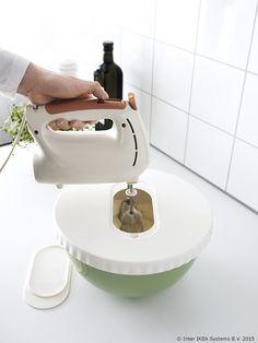 Da, to je zdjela za miješanje s poklopcem! Nema više prskanja u kuhinji dok radiš kolače. ;) www.IKEA.hr/ALLEHANDA