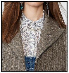 Olha só que belíssima combinação: o contraste do tecido leve e estampadinho da camisa com o tecido pesado lã espinha de peixe. Bárbaro. www.viveraos60.com.br