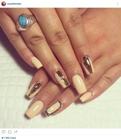 Ongles couleur or et beige.