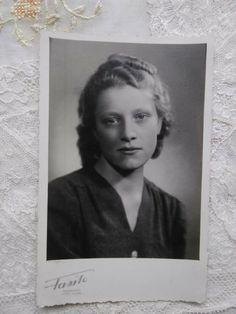Queen Photos, Girl Photos, Vintage Pins, Vintage Ladies, Cute Little Girls, Old Photos, 1940s, Pin Up, Polaroid Film