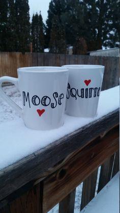 Dieses Angebot gilt für zwei weiße Keramik Kaffeebecher mit den Worten Moose und Eichhörnchen.  Der Becher hält 12oz und Maßnahmen 4 in der Höhe