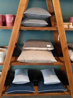 #mercadoloftstore #umseisum #porto #almofadas #pillow #pillows #matching #almofadas #qualidade #escadote #ladder #prateleiras #madeira #wood #store #newseason #lojadedecoração #decoração #interior #par #peças #produto #vaso