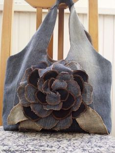 Made of Old Jeans Denim Jean Crafts, Denim Crafts, Patchwork Bags, Quilted Bag, Denim Flowers, Fabric Flowers, Jean Purses, Purses And Bags, Sacs Tote Bags